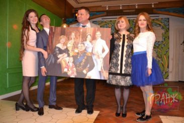 Статуэтка и картина в подарок мужу и отцу на день рождения.